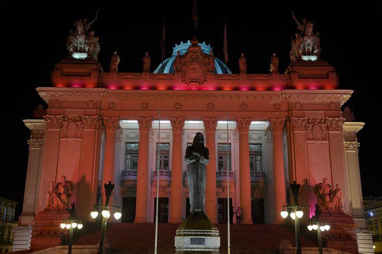 O Palácio Tiradentes, sede da Assembleia Legislativa do Estado do Rio de Janeiro, recebe iluminação especial como parte da campanha Outubro Rosa, de conscientização e combate ao câncer de mama.