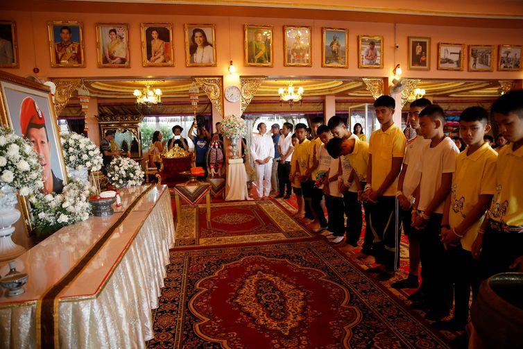 - Em um mosteiro budista, os meninos homenageiama memória do mergulhador tailandês que morreu durante os trabalhos de resgate – REUTERS/ strong Soe Zeya