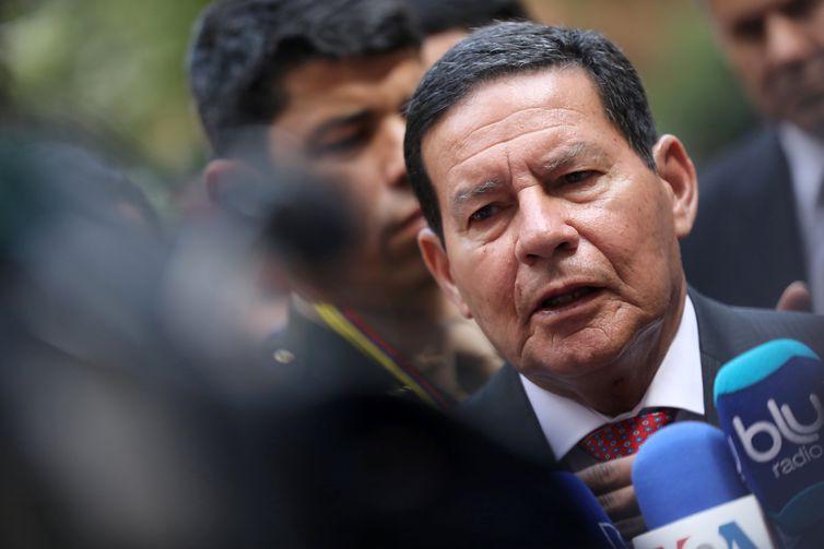 O vice-presidente do Brasil, Hamilton Mourão, fala à imprensa após reunião do Grupo Lima em Bogotá, Colômbia.