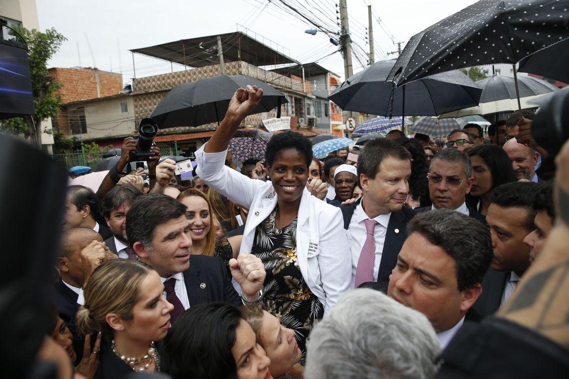 A advogada Valéria Lúcia dos Santos, que foi algemada e presa durante uma audiência no exercício da profissão, e o presidente do Conselho Federal da OAB, Claudio Lamachia, durante ato em frente ao Fórum de Duque de Caxias.