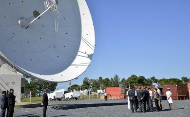 Brasília - A presidenta Dilma visita as obras de infraestrutura para operação do Satélite Geoestacionário de Defesa e Comunicações Estratégicas, do Centro de Operações Espaciais-COPE/ VI Comar da Aeronáutica (José Cruz/Agência Brasil)