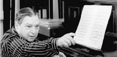 César Guerra-Peixe trabalhando ao piano. (Foto: Arquivo pessoal/ Célia Guerra)