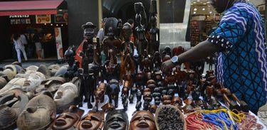 O senegalês Ndiaga Sow vende objetos decorativos africanos em São Paulo