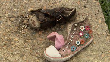 Calçados encontrados em local onde houve confronto entre brasileiros e venezuelanos