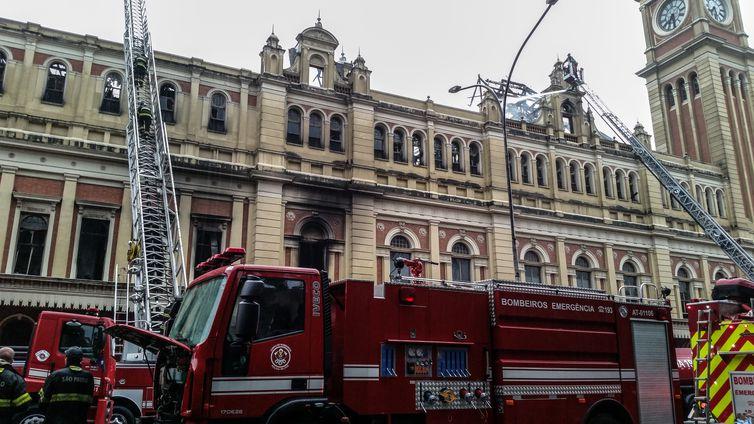 São Pauloo - Bombeiros combatem incêndio de grandes proporções no Museu da Língua Portuguesa (Daniel Mello/Agência Brasil)