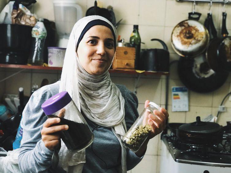 """""""O mais difícil aqui foi a língua. Ninguém falava inglês e a gente não tinha internet pra conversar com a família na Síria"""", Salsabil Matouk, refugiada síria"""