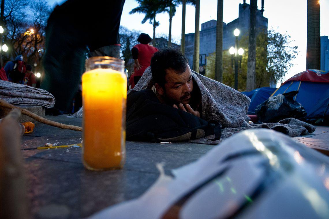 Moradores de rua sofrem com o frio em São Paulo