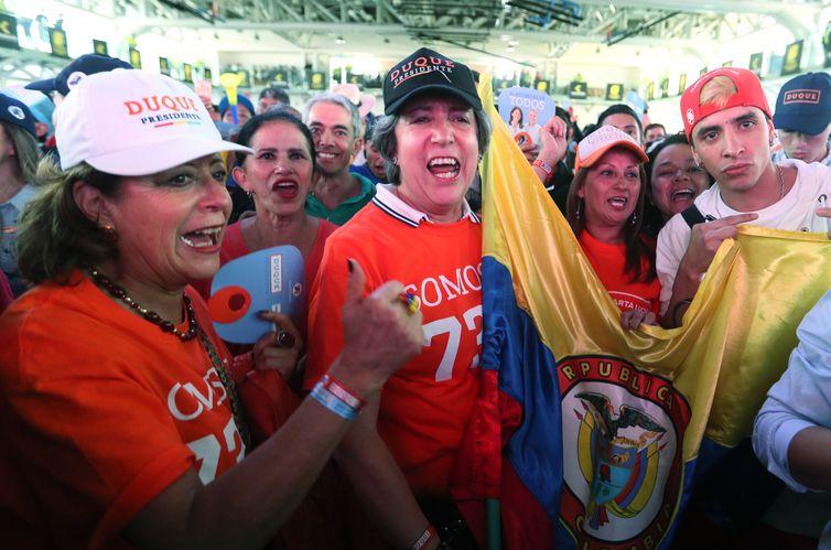 Simpatizantes do candidato Ivan Duque celebram ao conhecer os resultados oficiais do segundo turno da corrida presidencial  Mauricio Duenas Castaneda/EFE