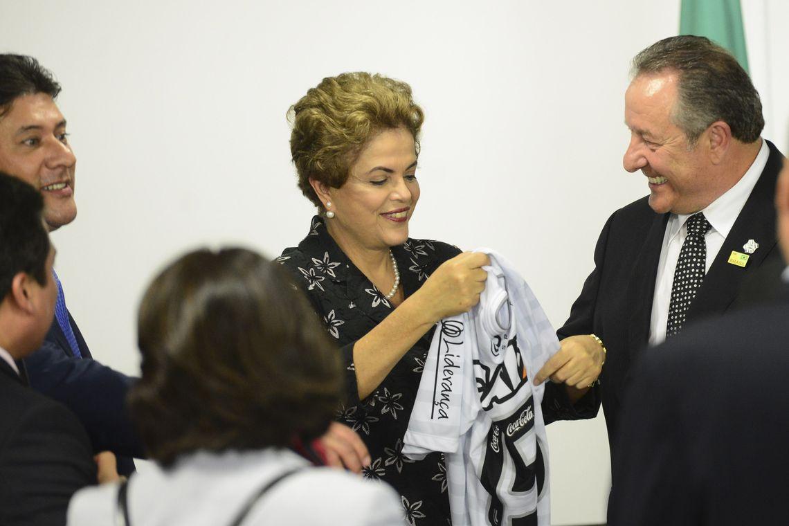 Brasília - A presidenta Dilma Rousseff participa da solenidade de assinatura de contratos de patrocínio de futebol (José Cruz/Agência Brasil)