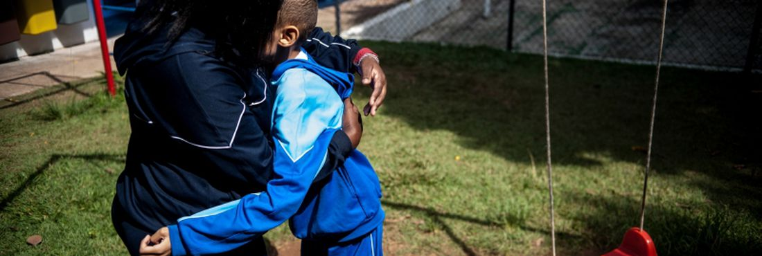 Alunos da Associação dos Amigos da Criança Autista (AUMA), na zona norte de São Paulo, realizam diversas atividades pedagógicas.