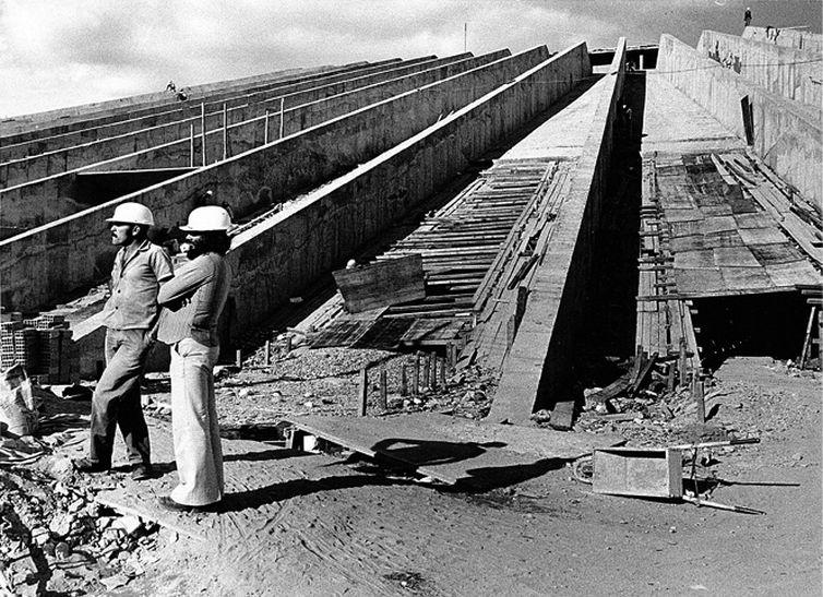 Operários conversam durante a obra de construção do Teatro Nacional, em 1959