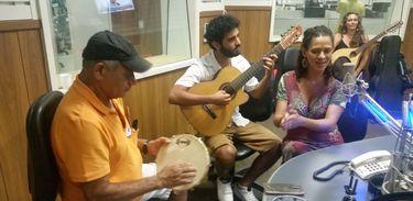 Cantora Renata Jambeiro, o violonista Raphael Gomes e o percussionista Luiz Jambeiro