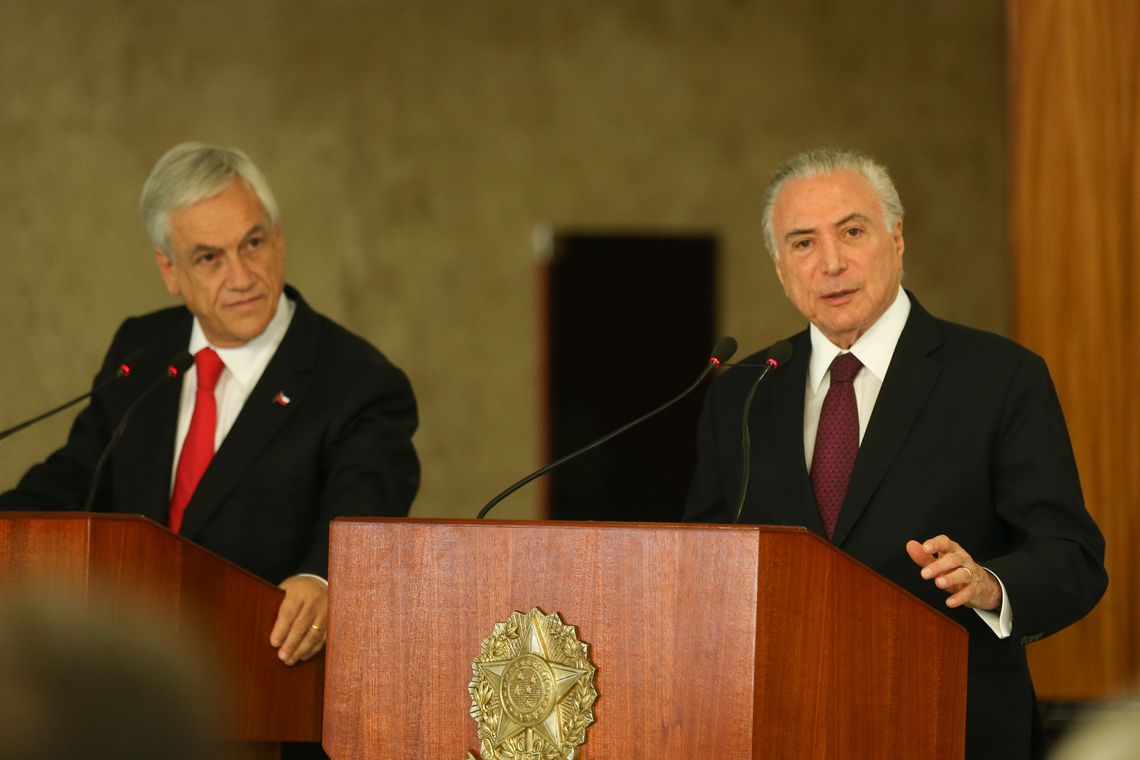 Os presidentes Sebastián Piñera, do Chile e Michel Temer, do Brasil, falam à imprensa, no Palácio do Planalto