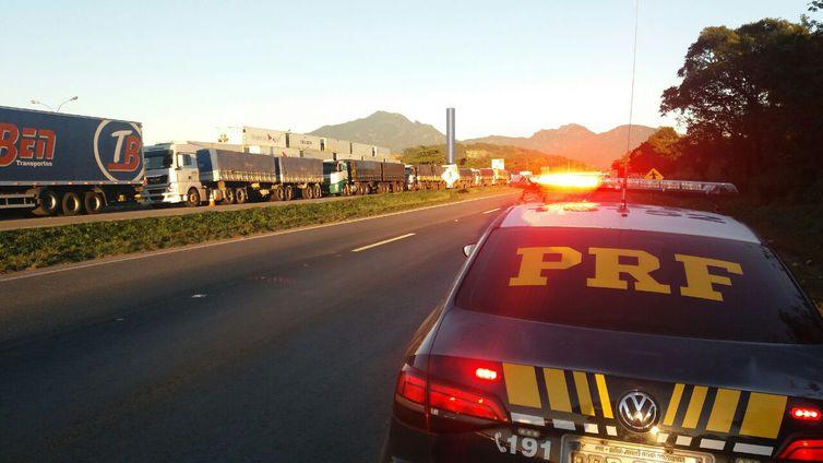 Fila de caminhões bloqueando uma das duas faixas da pista sentido São Paulo da BR-116, em Quatro Barras (PR)