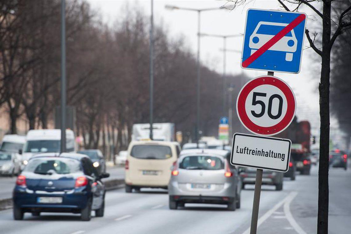 """Sinalização de tráfego indica  """"controle de poluição do ar"""" e o limite de velocidade de 50 km/h em Munique, na Alemanha"""
