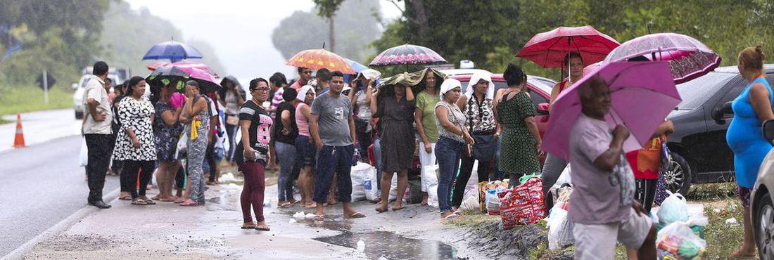Mesmo com a suspensão de visitas aos detentos do Complexo Penitenciário Anísio Jobim, familiares formam filas para tentar entregar alimentos e roupas