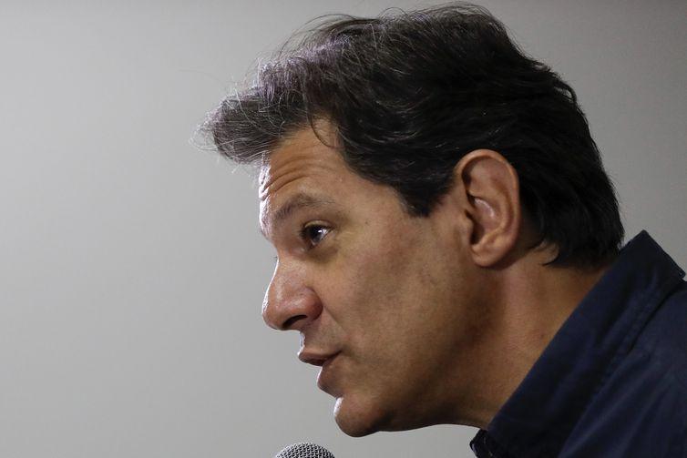 BRA50. SAO PAULO (BRASIL), 15/10/2018.- El candidato a la Presidencia de Brasil por el Partido de los Trabajadores (PT) Fernando Haddad, sucesor del expresidente Luiz Inácio Lula da Silva en la carrera electoral, habla hoy, lunes 15 de octubre