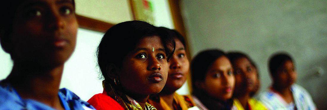 Jovens em Bangladesh participam de classes de alfabetização