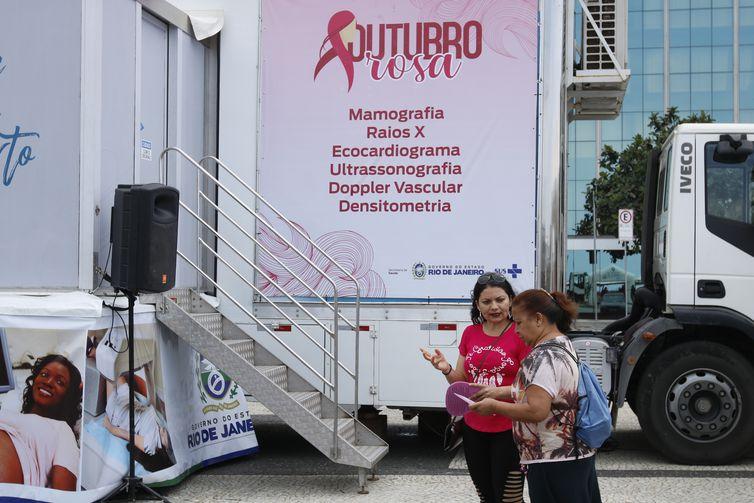 Um mamógrafo móvel na praia de Copacabana à disposição para que mulheres com indicação médica possam realizar o exame na hora em ação do Outubro Rosa promovido pela  Alerj