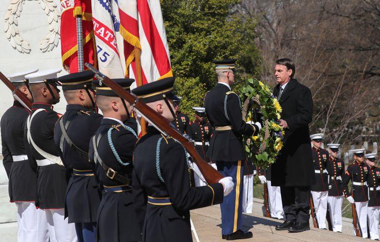 Presidente do Brasil, Jair Bolsonaro, deposita uma coroa de flores no Túmulo do Soldado Desconhecido no Cemitério Nacional de Arlington, Virgínia (EUA).