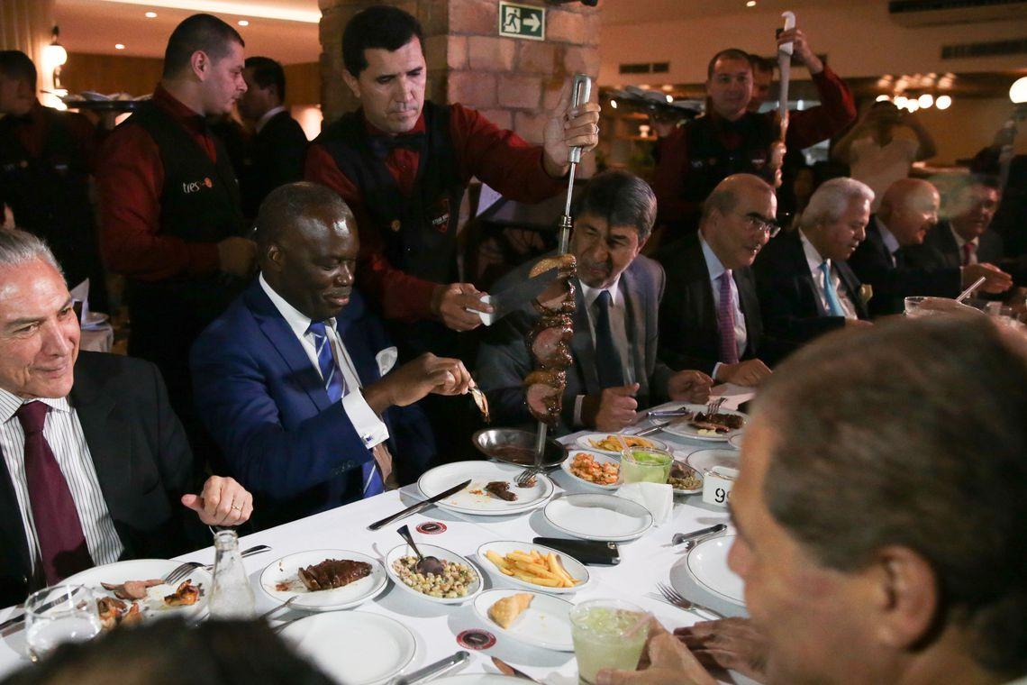 Brasília - Após reunião no Palácio do Planalto, o presidente Michel Temer janta em churrascaria com ministros e embaixadores (José Cruz/Agência Brasil)