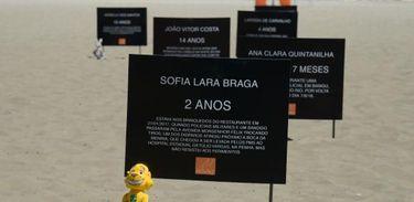 Placas na areia da Copacabana lembram nomes de crianças e adolescentes que morreram vítimas de balas perdidas no Rio