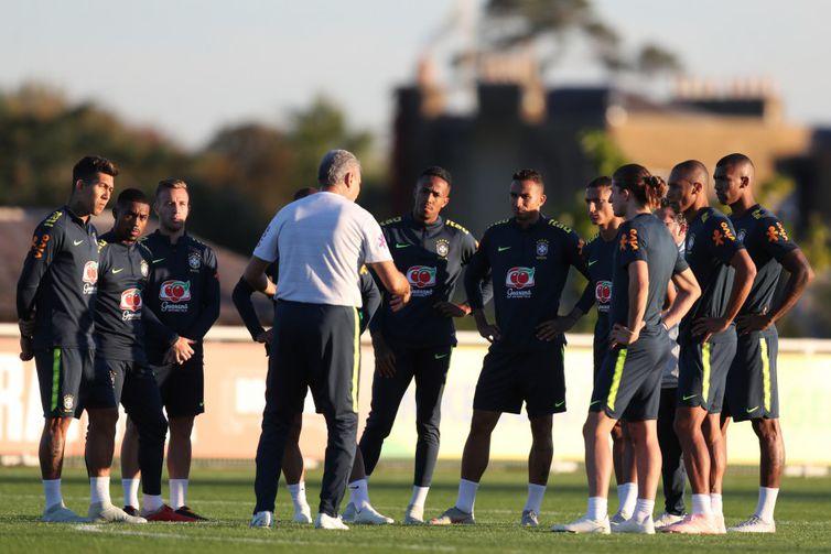 Tite conversa com os jogadores no Centro de Treinamento do Tottenham, em Londres