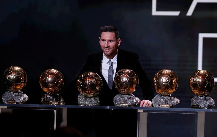Futebol Soccer - Os prêmios Ballon d'Or - Theatre du Chatelet, Paris, França - 2 de dezembro de 2019 Lionel Messi, do Barcelona, ??com seus seis troféus de Ballon d'Or REUTERS / Christian Hartmann