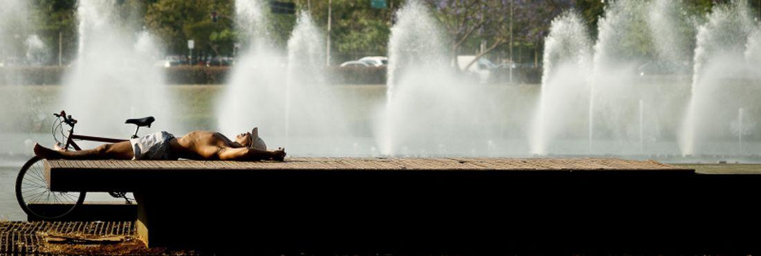 Paulistanos aproveitam o dia de sol e calor no Parque do Ibirapuera