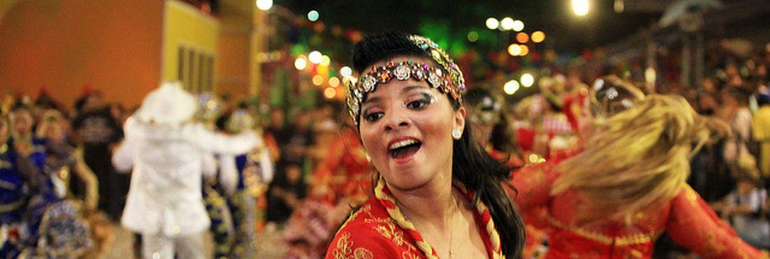 Dançarinos se esforçam para completar a apresentação com alegria