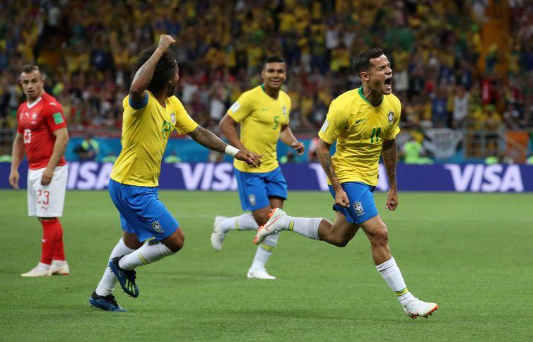 Philippe Coutinho comemora primeiro gol ao lado do lateral Marcelo  REUTERS/Marko Djurica