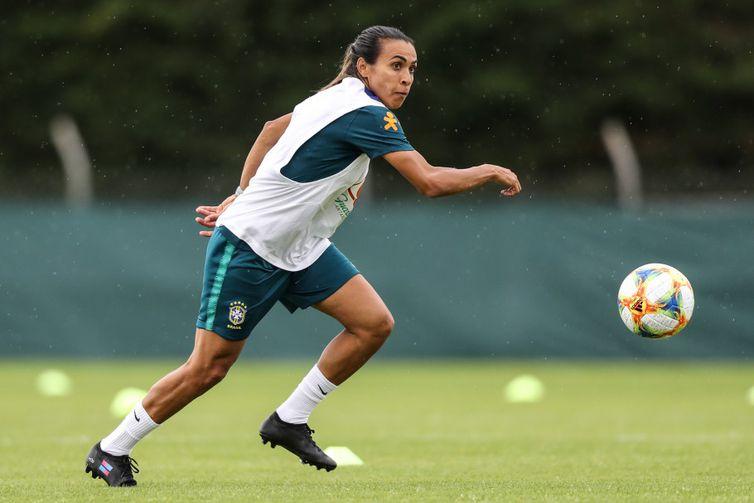 Marta volta a treinar com as demais jogadoras