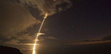 Foto mostra o teste do sistema antimísseis realizado pelos EUA no Oceano Pacífico