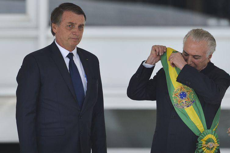 O presidente Jair Bolsonaro recebe a Faixa Presidencial de Michel Temer, no Palácio do Planalto.