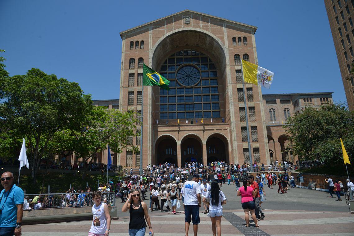 Aparecida (SP) - Devotos de Nossa Senhora Aparecida comparecem ao Santuário Nacional no dia da Padroeira do Brasil (Rovena Rosa/Agência Brasil)