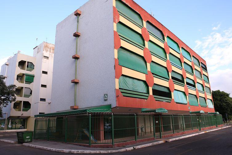 Brasília - Os prédios do bairro Cruzeiro Novo têm os pilotis fechados por grades (Wilson Dias/Agência Brasil)