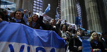 BAS07. BUENOS AIRES (ARGENTINA), 06/08/2018.- Decenas de personas, integrantes de grupos contra la aprobación del aborto legal, participan en una concentración hoy, lunes 6 de agosto de 2018, frente a la Facultad de Derecho de la Universidad de