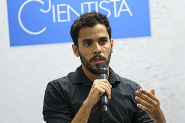 O vencedor da 29ª edição do Prêmio Jovem Cientista na categoria Estudante do Ensino Superior, Célio Henrique Rocha Moura, durante entrevista na sede do Conselho Nacional de Desenvolvimento Científico e Tecnológico (CNPq).