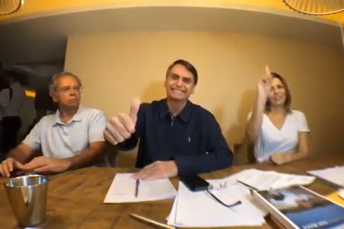 Jair Bolsonaro fala ao Brasil sobre a ida ao segundo turno eleitoral.