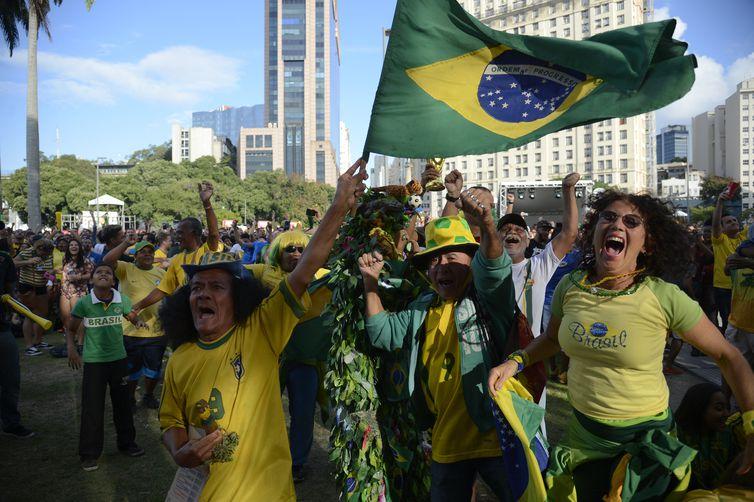 Torcedores comemoram primeiro gol do Brasil na Copa do Mundo 2018, na região central do Rio