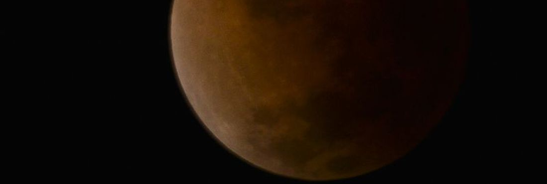 Eclipse lunar nesta terça-feira (15) criou o fenômeno da Lua Sangrenta