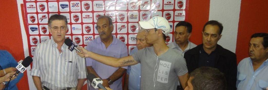 Paulino Vilela, que agora está à frente do Conselho Deliberativo, concede entrevista coletiva, acompanhado à sua esquerda pelo novo presidente do clube, Joás Abrantes.