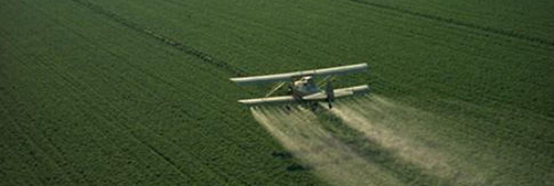Pulverização aérea de agrotóxico.