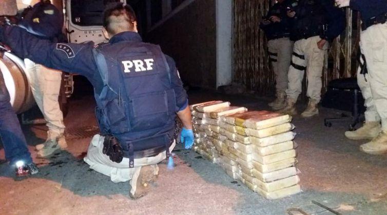 PRF apreende cocaína escondida em caminhão