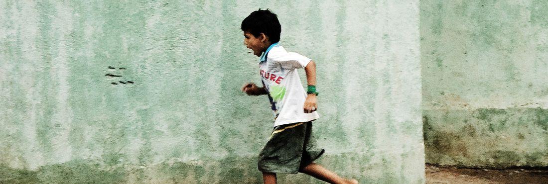 Criança correndo brincando