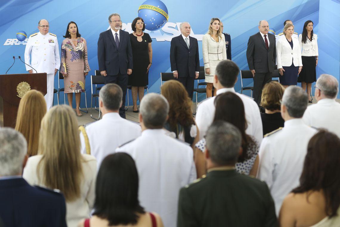 Brasília -  O presidente Michel Temer recebe os oficiais-generais promovidos em solenidade no Palácio do Planalto. Participam do encontro (da esquerda para direita) o ministro da Defesa, Raul Jungmann, o presidente Michel Temer, a primeira