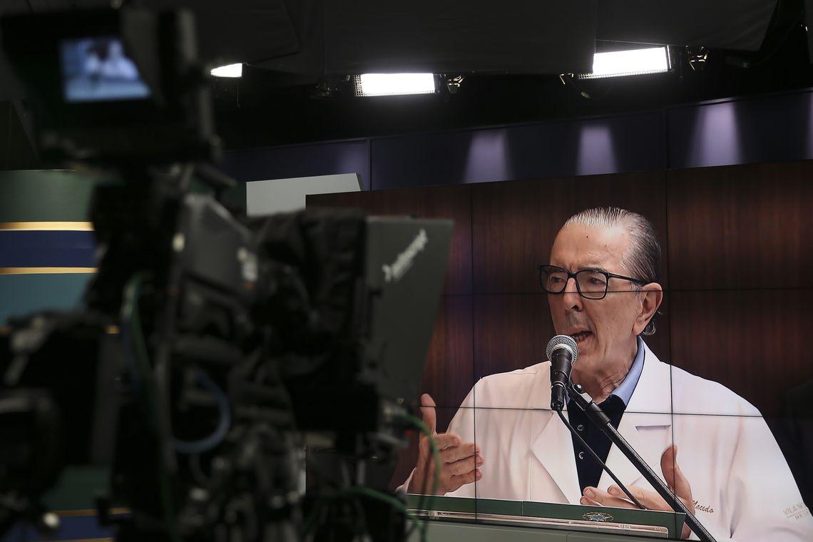 O cirurgião Antonio Luiz Macedo fala à imprensa no Hospital Vila Nova Star, em São Paulo, sobre o estado de saúde do presidente Jair Bolsonaro