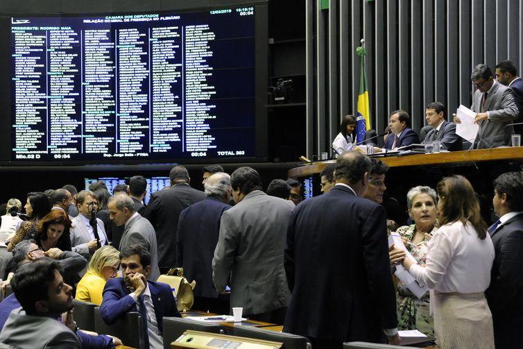 Plenário da Câmara dos Deputados durante sessão para discussão e votação de diversos projetos.