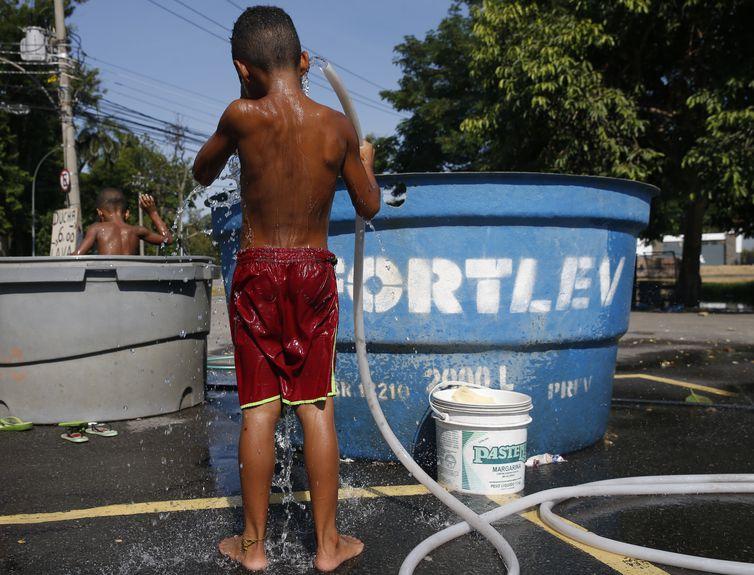 Crianças se refrescam no bairro de São Cristóvão, para amenizar, a onda de calor que  atinge o clima no Rio de Janeiro.