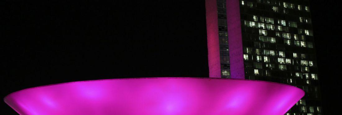 Congresso Nacional ganhou iluminação rosa para incentivar o exame preventivo do câncer de mama